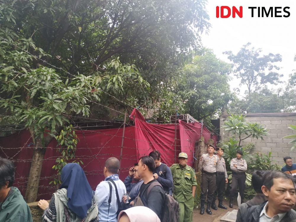 [FOTO] Pembongkaran Makam Mantan Istri Sule Berlangsung Tertutup