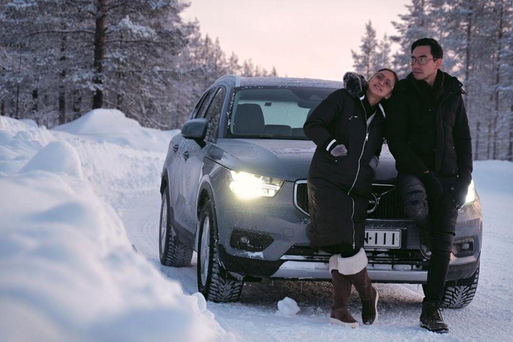 10 Potret Liburan Darius Sinathrya dan Donna Agnesia di Finlandia