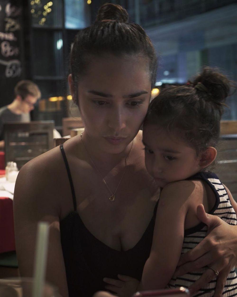 Selalu Kompak, 10 Potret Kebersamaan Alexander Gottardo dan Putrinya