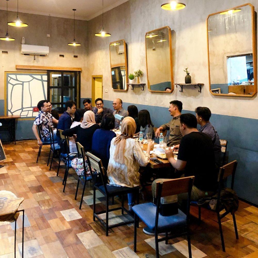 Viral! 8 Orang di Semarang Masuk ke Dalam Resto Pakai Sepeda