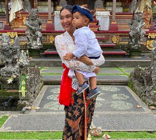 10 Potret Syahdu Happy Salma dan Keluarga Rayakan Hari Raya Galungan