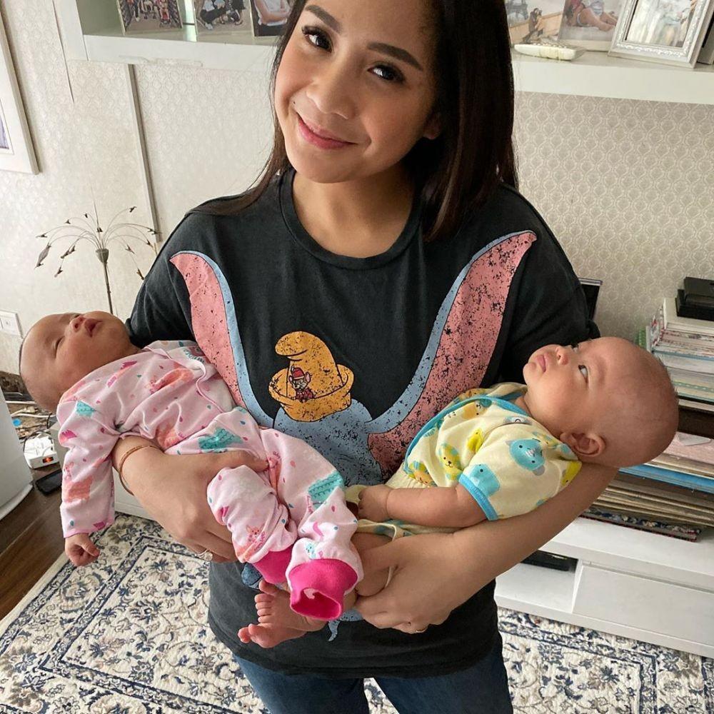 9 Potret Gemas Raffi dan Gigi Momong Keponakan Kembar Anak Syahnaz