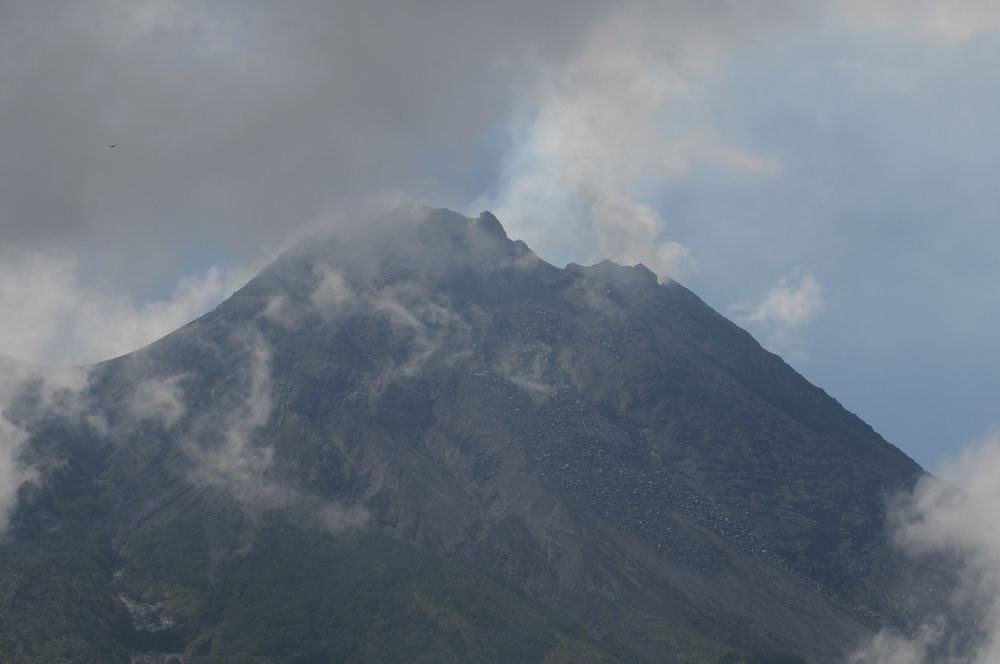 Gunung Merapi Luncurkan Guguran LavaDua Kali ke Arah Cangkringan