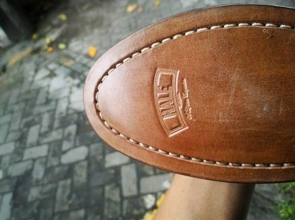 Sepatu Kulit Terasa Tak Nyaman Dipakai? Lakukan 9 Tips Mudah Ini