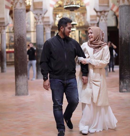 8 Tahun Menikah, 10 Momen Romantis Dewi Sandra dan Suami Saat Berlibur