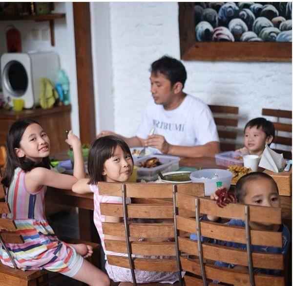 10 Potret Keluarga Zaskia Mecca Terapkan Social Distancing di Jogja