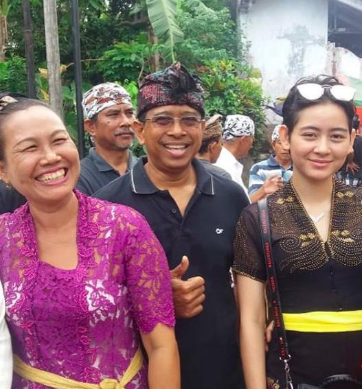 Rayakan Nyepi, 10 Momen Khidmat Laura Theux Beribadah Bersama Keluarga