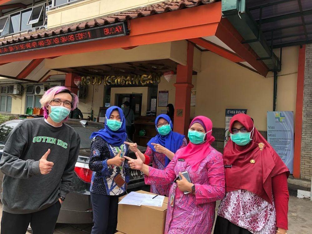 10 Potret Dokter Tirta Bagi-bagi APD, Sekarang Malah PDP Virus Corona