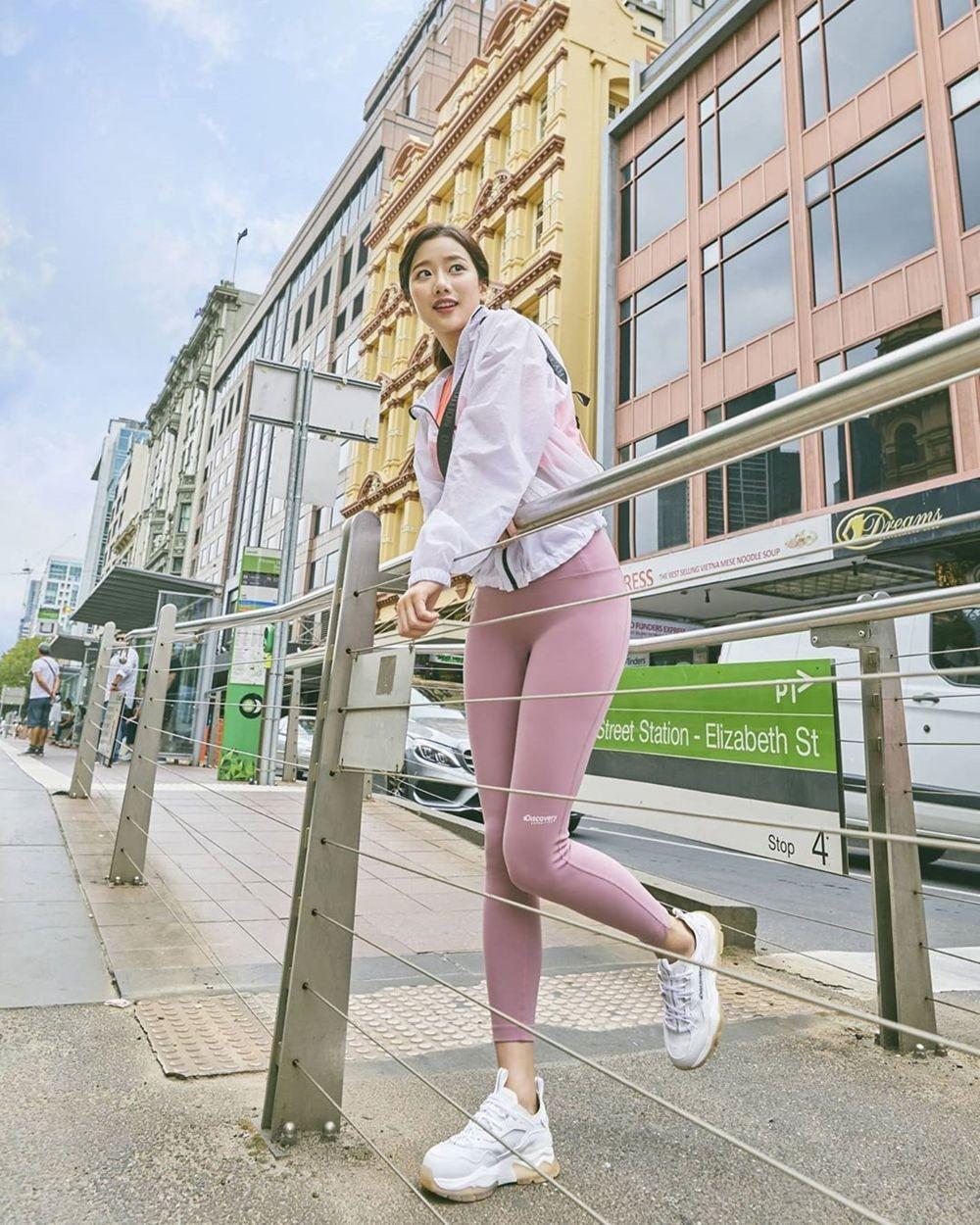 10 Potret Body Goals Naeun APRIL dalam Balutan Celana Olahraga