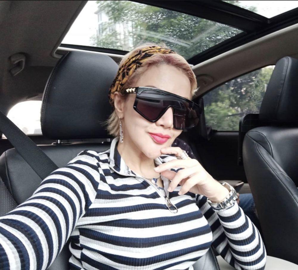10 Potret Selfie ala Barbie Kumalasari di Dalam Mobil Mewah, Eksis!