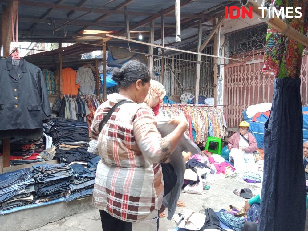 Sepi Pembeli karena Dampak Corona, Pedagang Pakaian Banting Harga