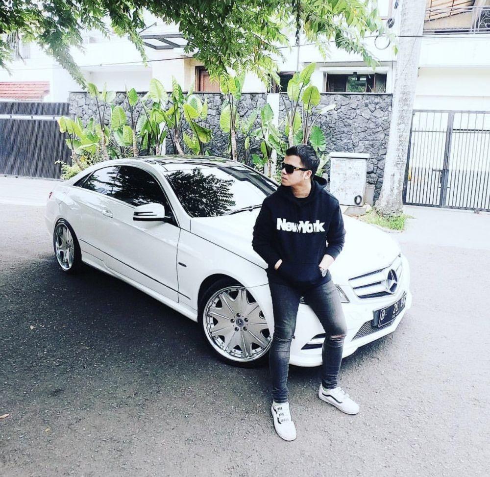 Jadi CEO, 10 Potret Artis Sinetron Handika Pratama Pamer Mobil Mewah