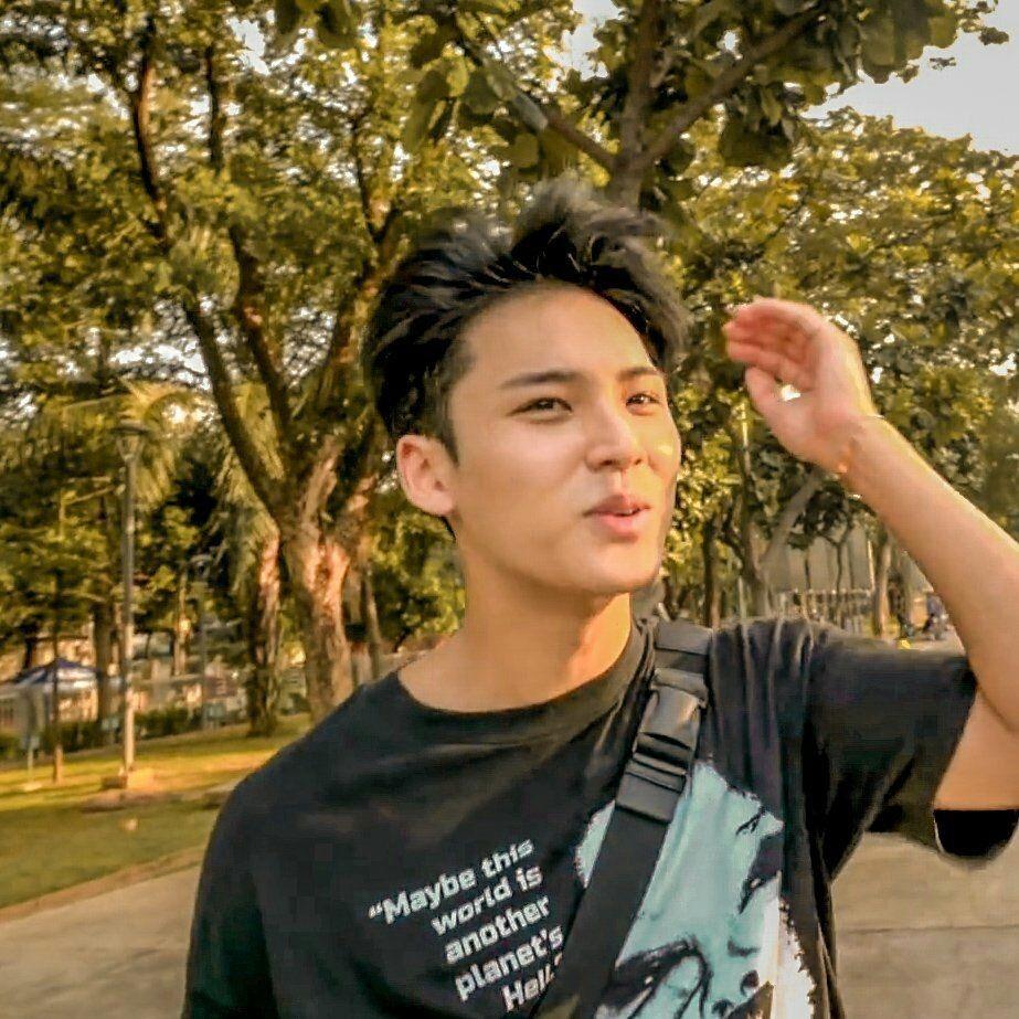 10 Potret Mingyu SEVENTEEN Ngabuburit di Taman Menteng, Lokal Banget!