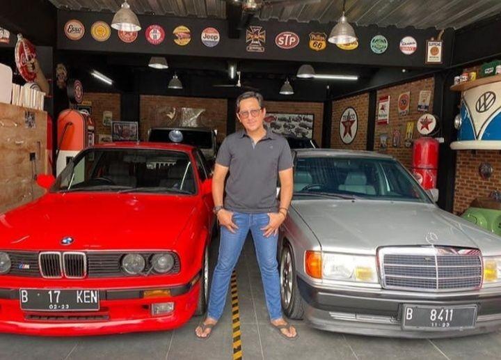 10 Potret Andre Taulany dengan Koleksi Mobil & Motor Antik Kesayangan