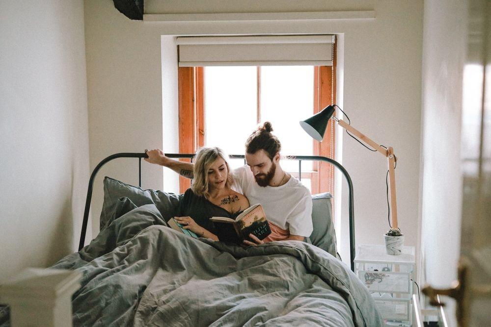 5 Kebiasaan Sebelum Tidur yang Bikin Hubungan Rumah Tangga Makin Awet