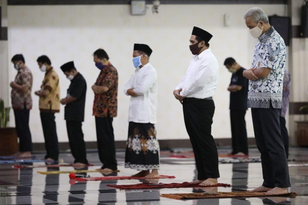 Masih Zona Merah, Ganjar Gelar Salat Jumat Berjemaah di Semarang