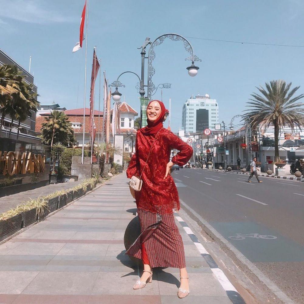 Style Kebaya Modern ala Artis Indonesia, Bisa Dipadu Celana & Sneakers