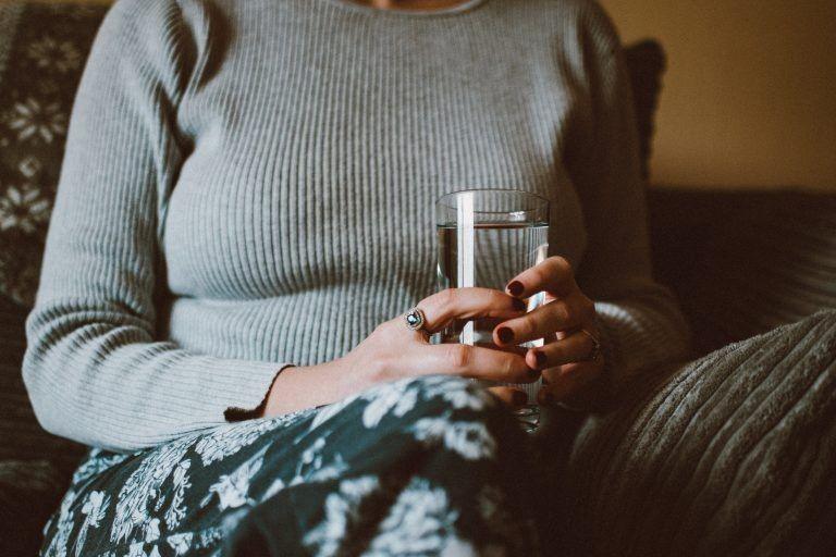 10 Manfaat Rajin Minum Air Putih Hangat Tiap Hari, Bikin Kulit Glowing