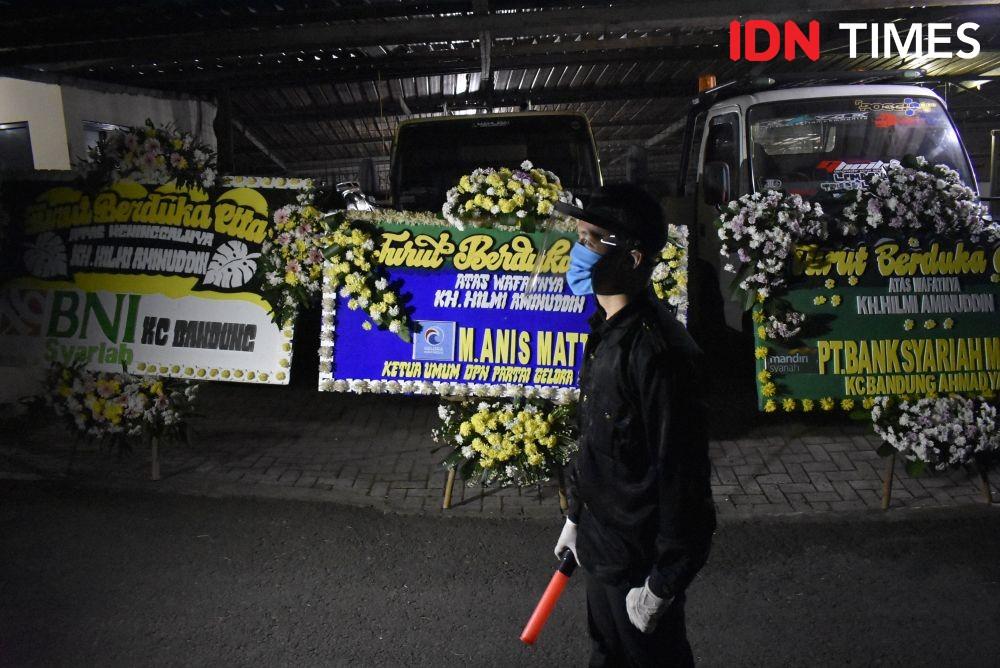 Ustadz Hilmi Aminuddin Dimakamkan dengan Protokol COVID-19 di Lembang
