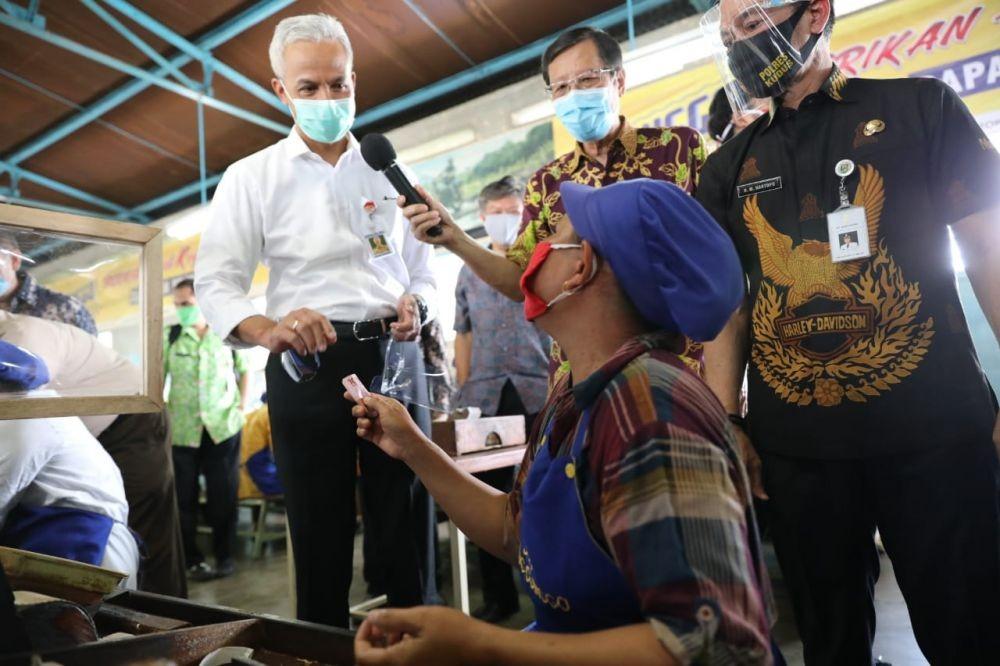 Punya 17 Masker, Pegawai Sigaret di Kudus dapat Rp500 Ribu dari Ganjar
