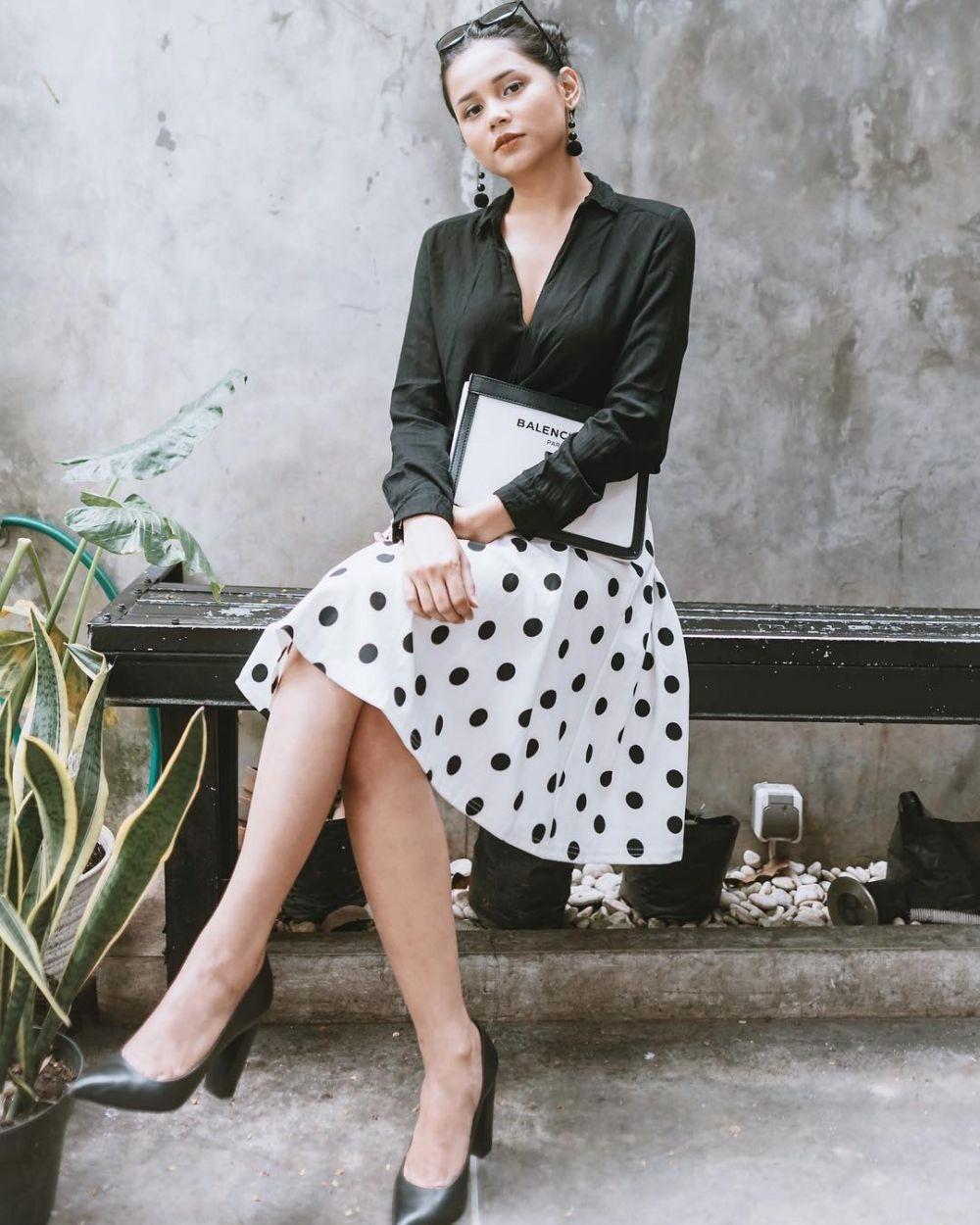 13 OOTD ala Yunita Siregar, Gaya Modis dengan Kaos Oblong hingga Dress