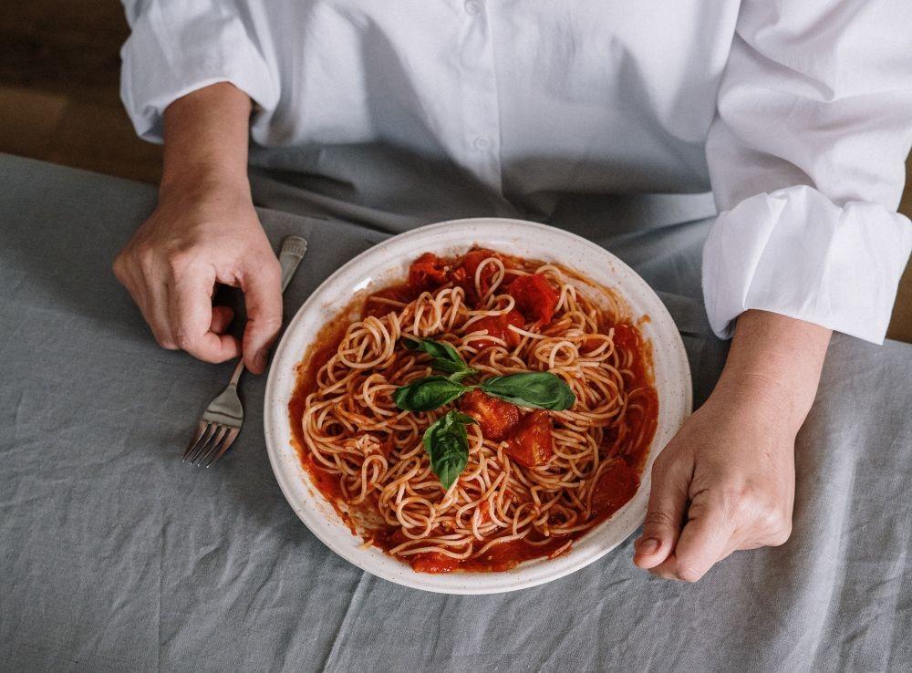 10 Makanan yang Sebaiknya Dihindari Saat Makan Malam, Ganggu Kesehatan