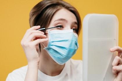 5 Tips Makeup Perawatan Saat Memakai Masker, Langsung dari Ahli