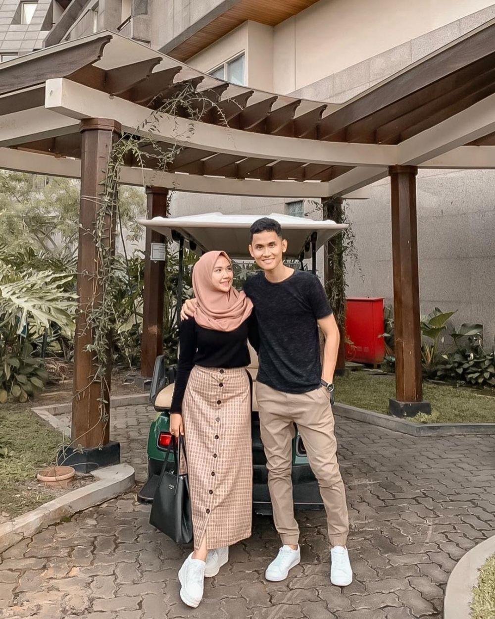 Kompak, Ini 10 OOTD Couple Selebgram Hijab Aestetika dan Suami