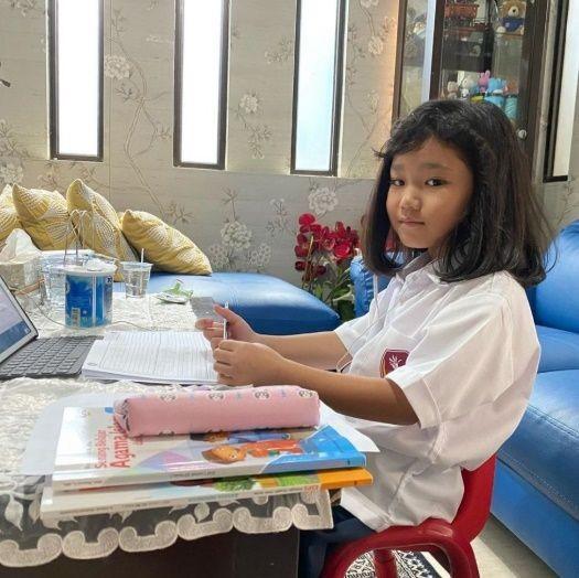 Masuki Tahun Ajaran Baru, Ini 6 Potret Anak Artis Sekolah dari Rumah