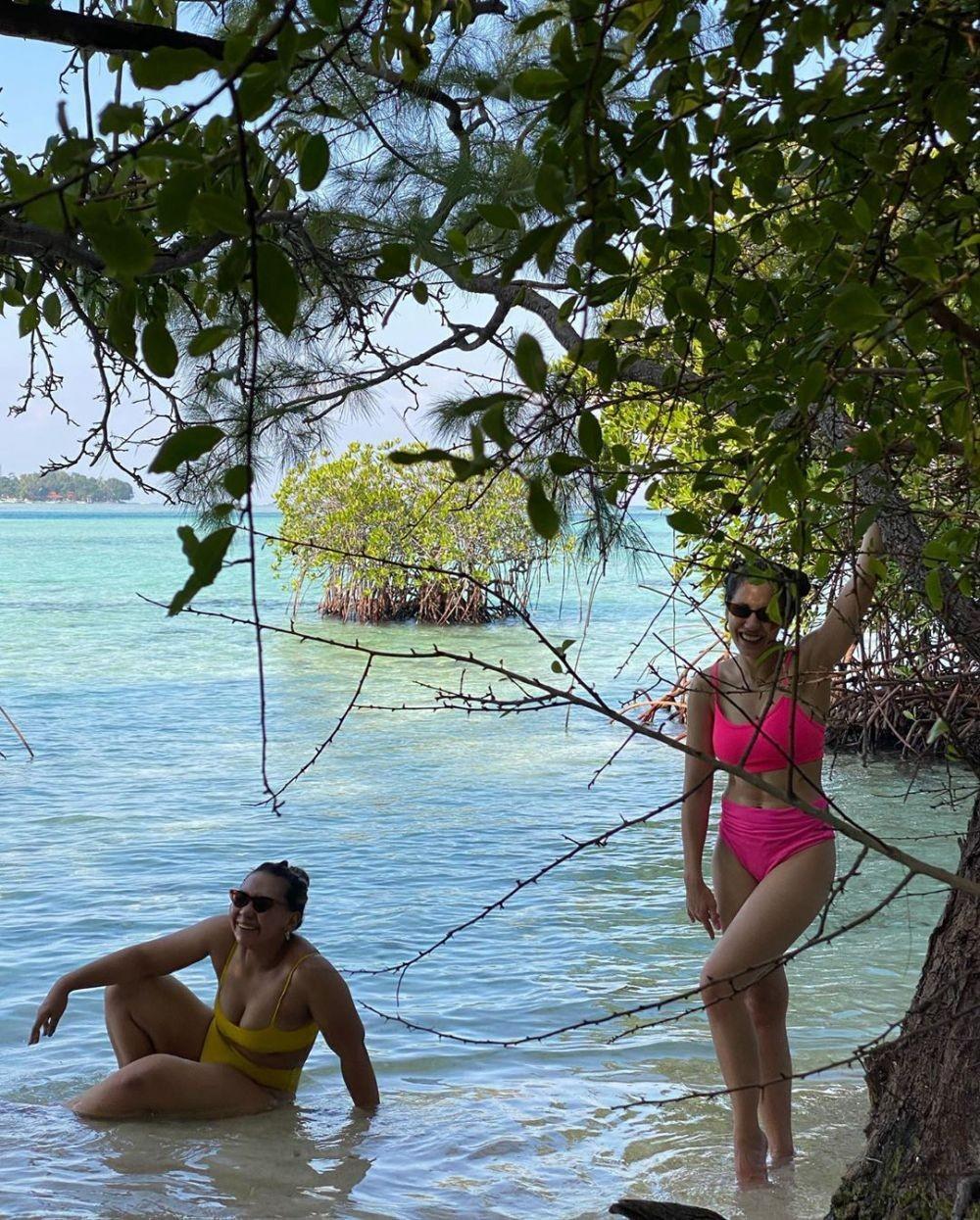 10 Potret Segar Pevita Pearce Bermain di Pantai Pamer Body Goals