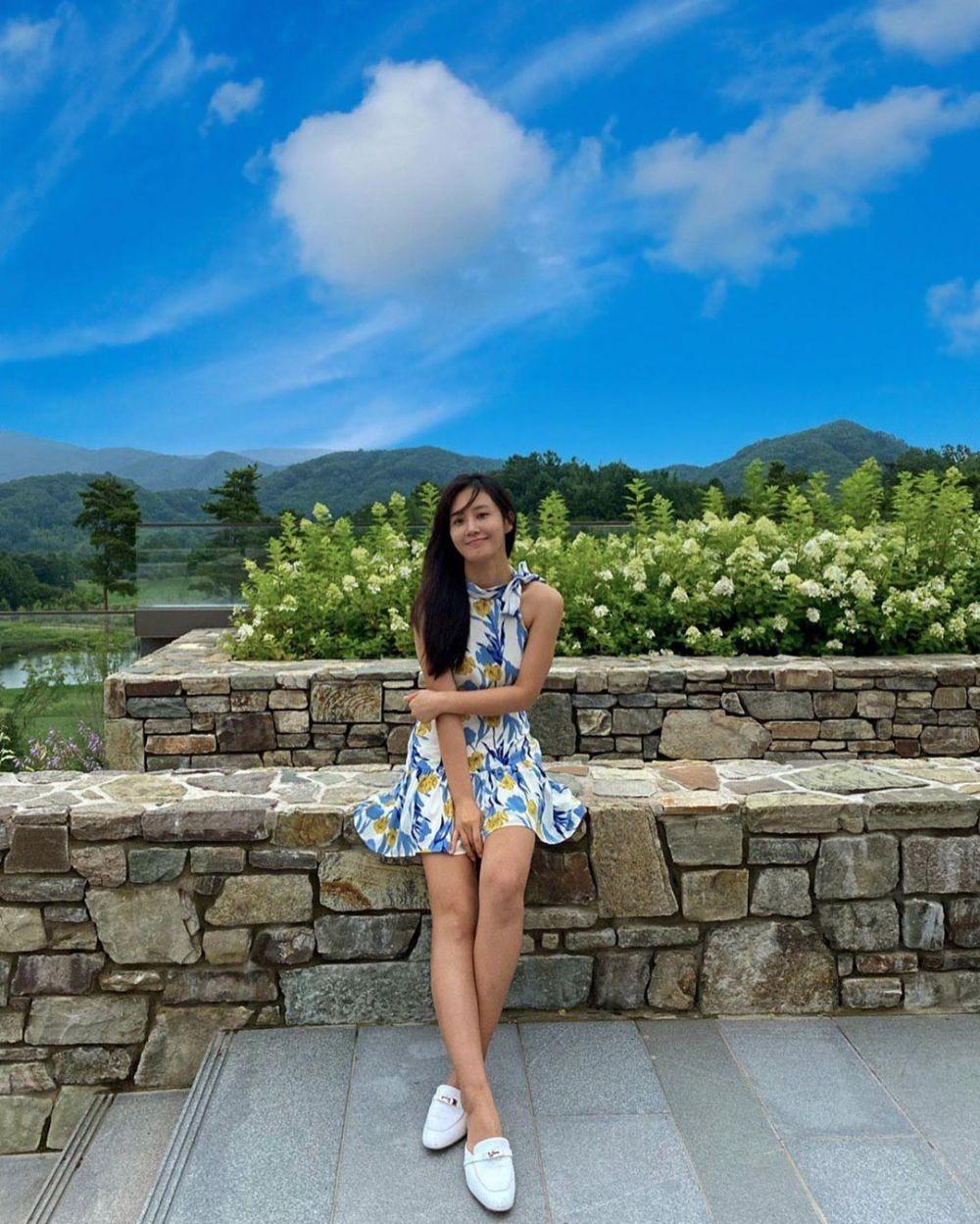 9 Inspirasi OOTD Rok dan Dress ala Yuri SNSD, Anggun nan Elegan!