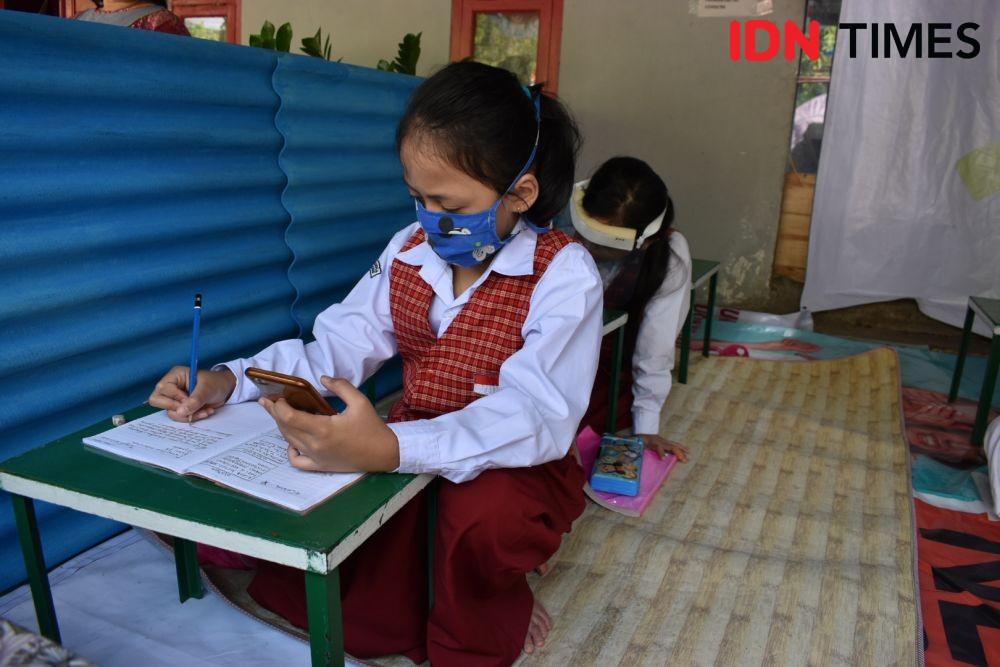 Kisah Warga Bandung yang Jadikan Teras Rumah dan WiFi Gratis untuk Siswa PJJ