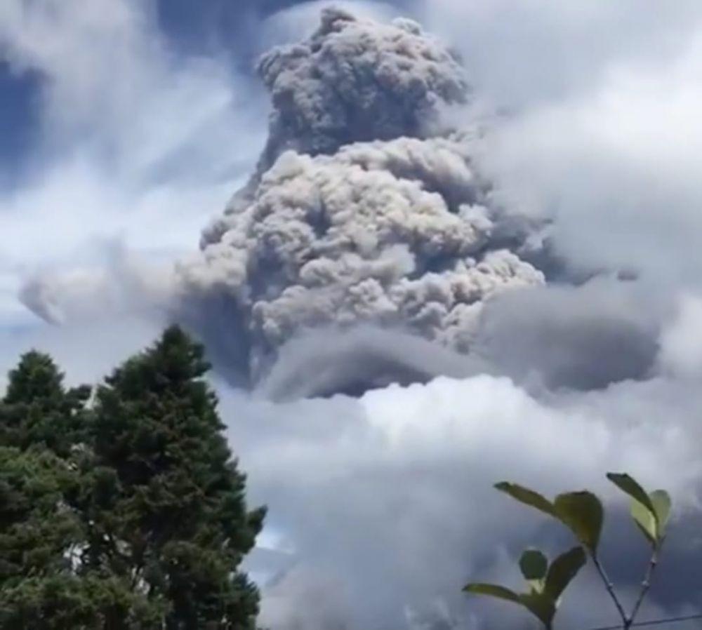 Bikin Merinding, Potret Erupsi Gunung Sinabung Pagi Tadi