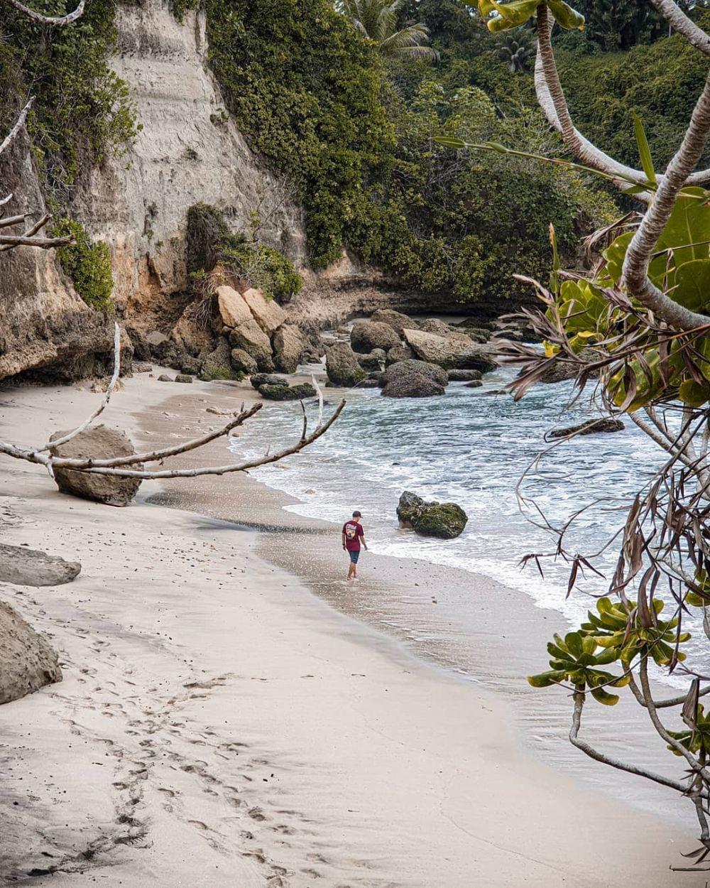 Wisata Pantai Karang Gantungan: Info Lokasi, Rute, Harga, dan Tipsnya