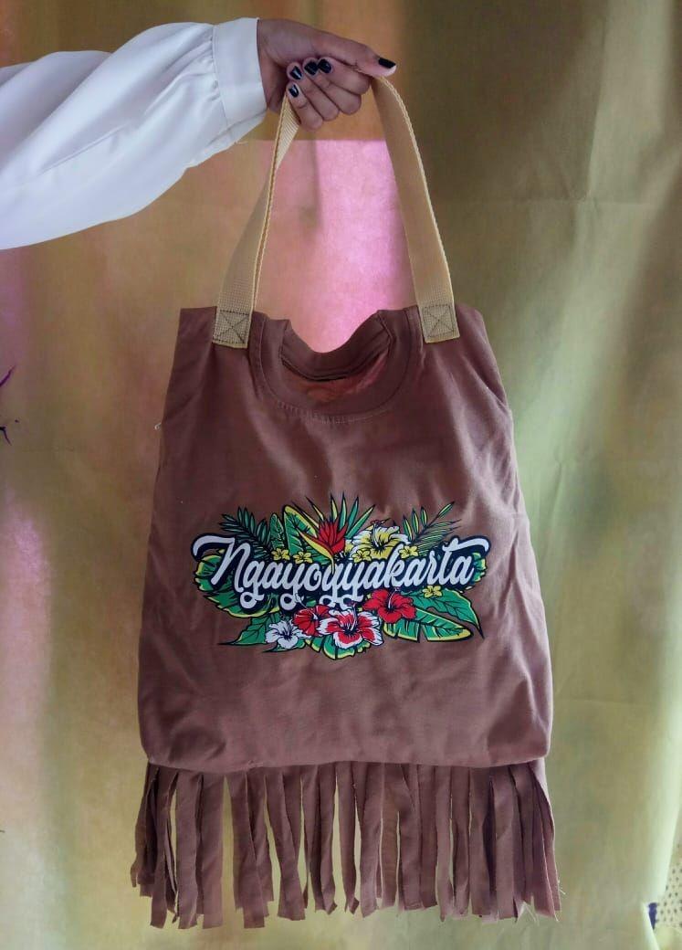 UNY Ajak Masyarakat Manfaatkan Baju Bekas untuk Tote Bag Multifungsi