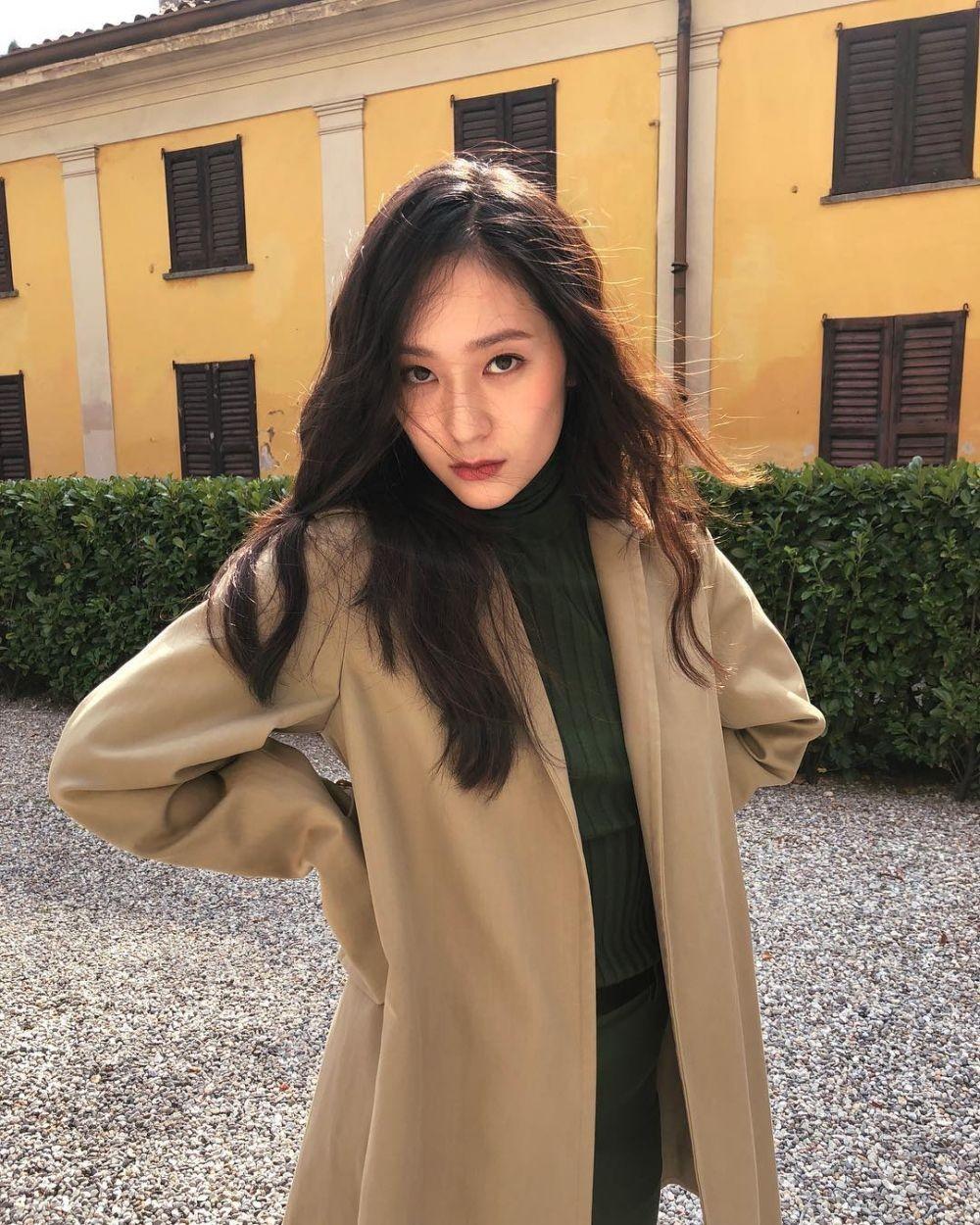 Jadi Wanita Hamil, 10 Potret Krystal Jung yang Punya Aura Keibuan
