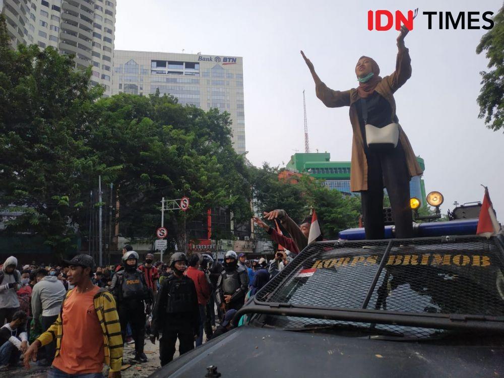 Demo Buruh Depan Kantor Kemnaker, Aparat Berjaga dengan Kekuatan Penuh