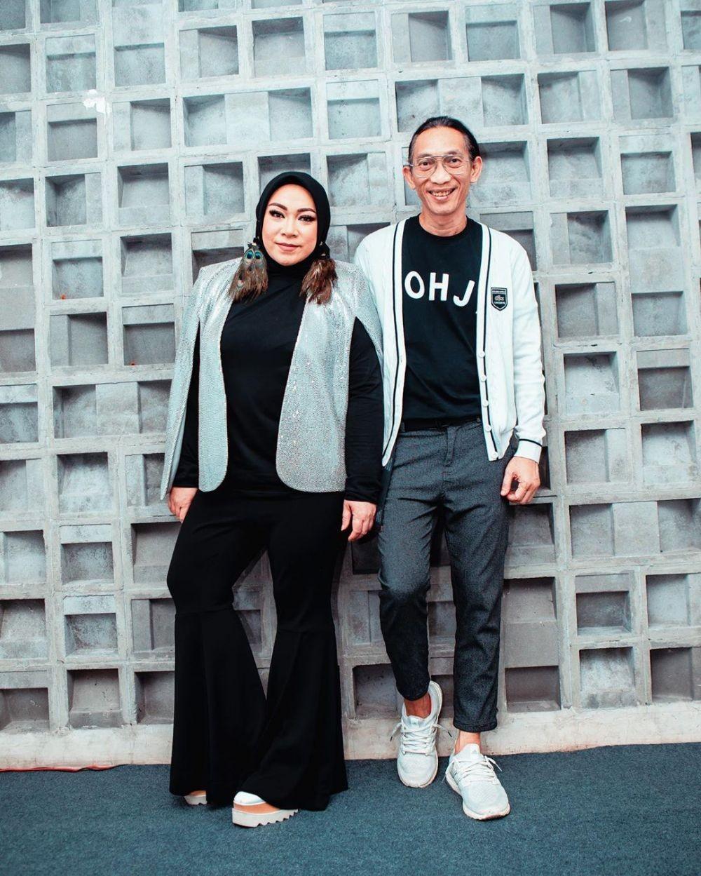 10 Inspirasi OOTD Melly Goeslaw, Gaya Hijabnya Unik dan Nyentrik!