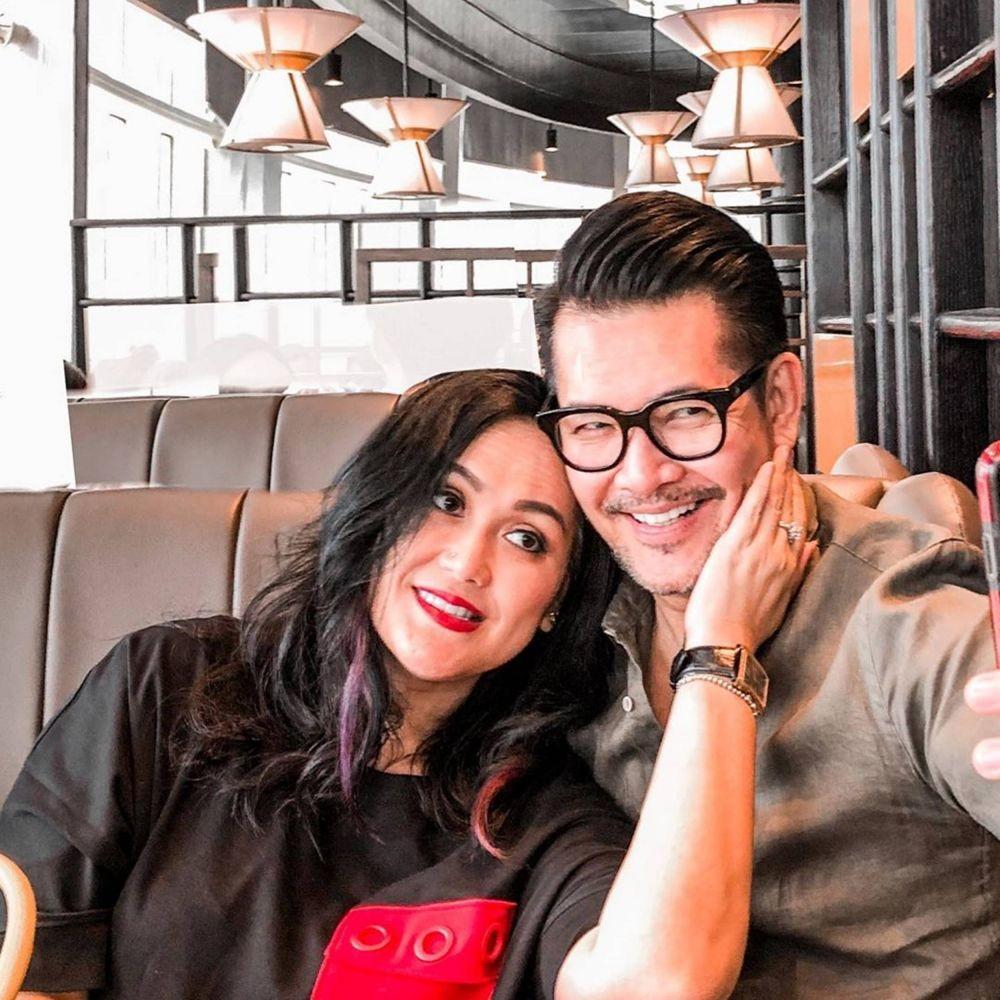 10 Potret Romantis Ferry Salim dan Sang Istri, 25 Tahun Menikah