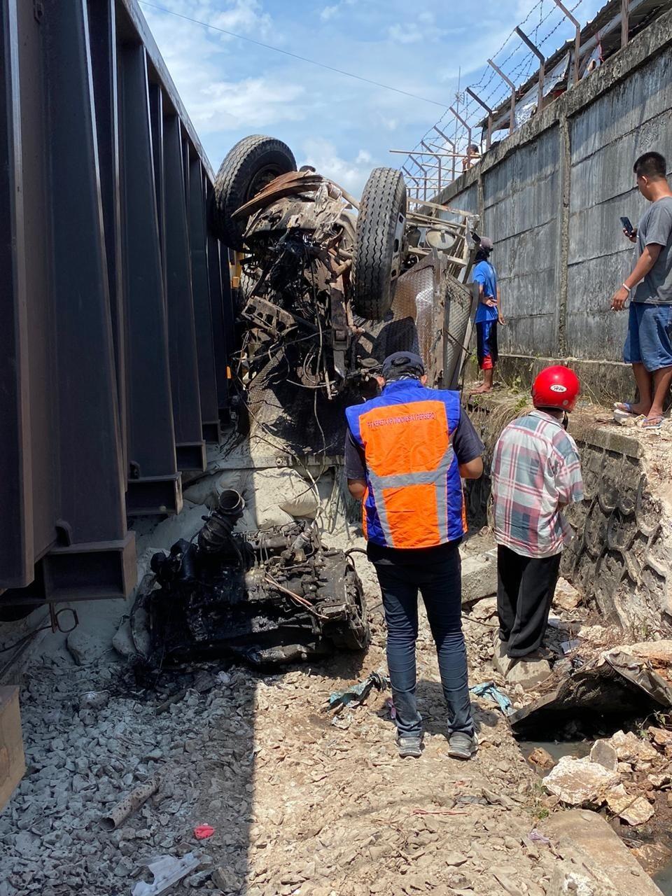 Diduga Rem Blong, Truk Pengangkut Semen Tabrak Kereta Babaranjang