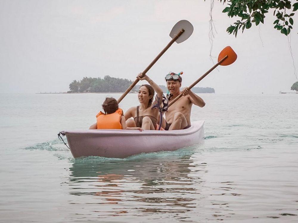 10 Potret Manis Liburan Gisel Bersama Pacar dan Anak di Pulau Macan