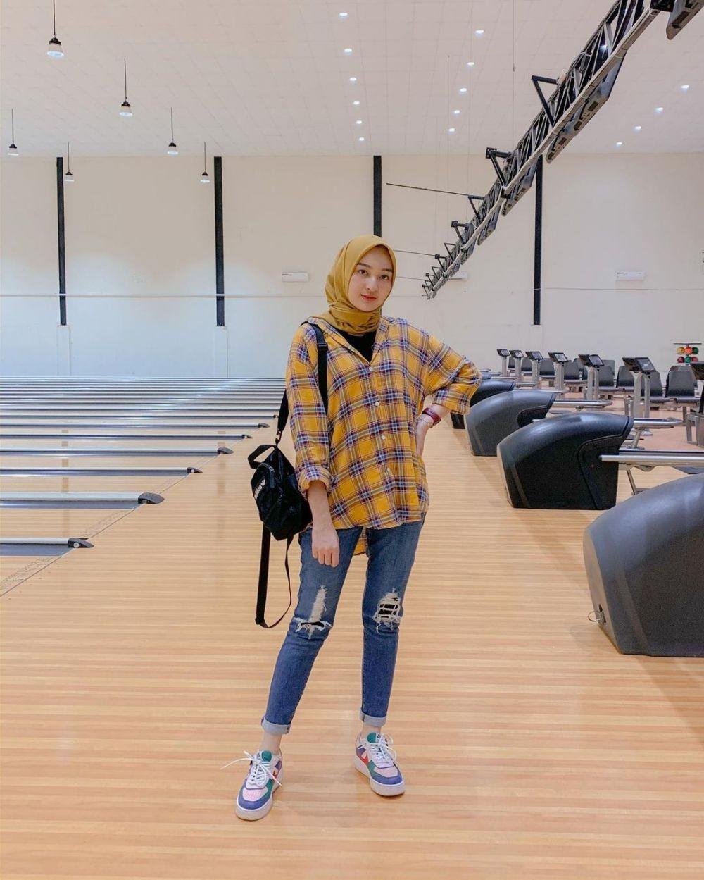 Kasual sampai Street Style, 10 Ide Mix and Match Kemeja dan Jeans