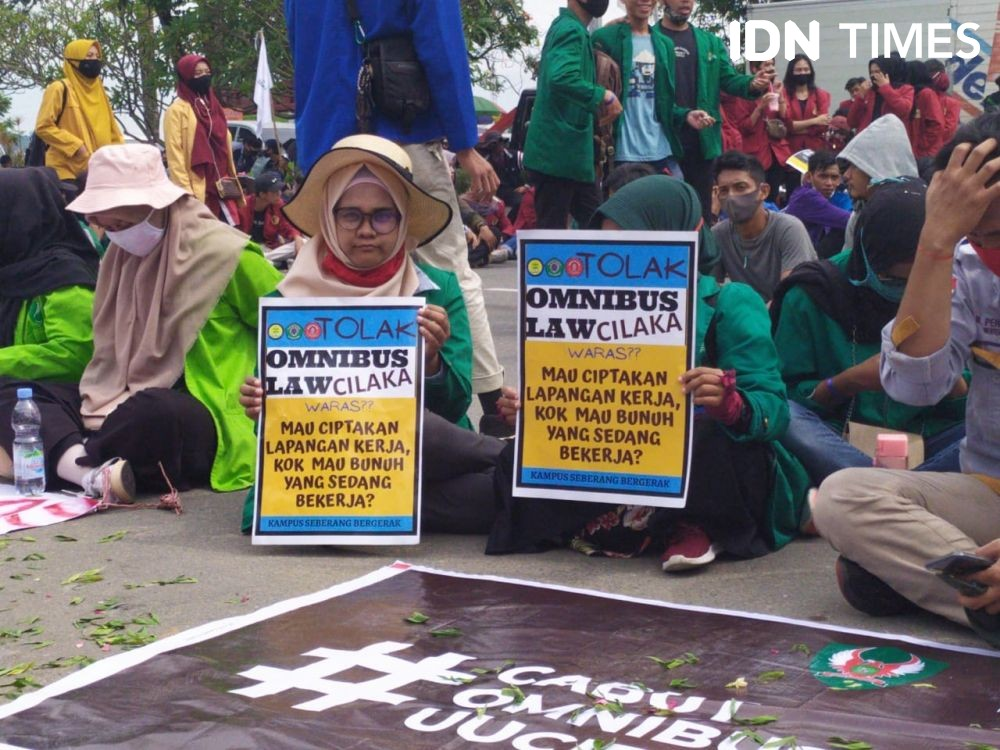 Demo di Kantor Gubernur Kaltim, Mahasiswa Sempat Salat Berjamaah