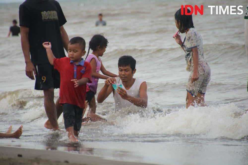 Libur Panjang, Pantai Tanjung Pasir Ramai Pengunjung