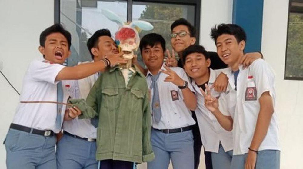 10 Potret Kelakuan Absurd Anak SMA, Tingkah Kocaknya Gak Terduga