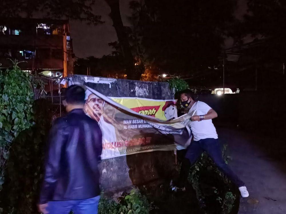 Gak Cuma di Jakarta, Baliho Rizieq Shihab di Palembang Juga Dicopot!