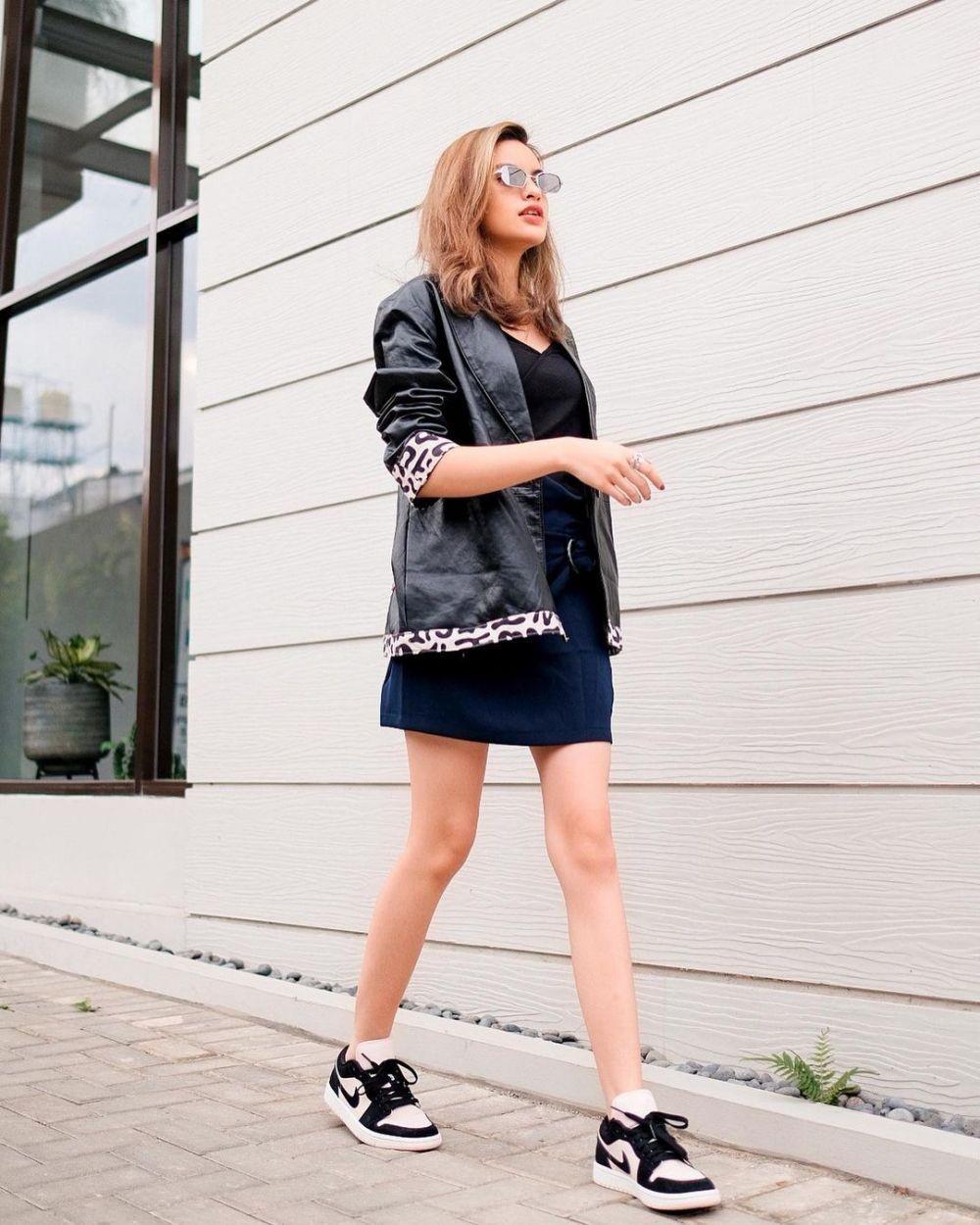9 Padu Padan Mini Skirt ala Andira Hadley, Mulai Kaos hingga Outer