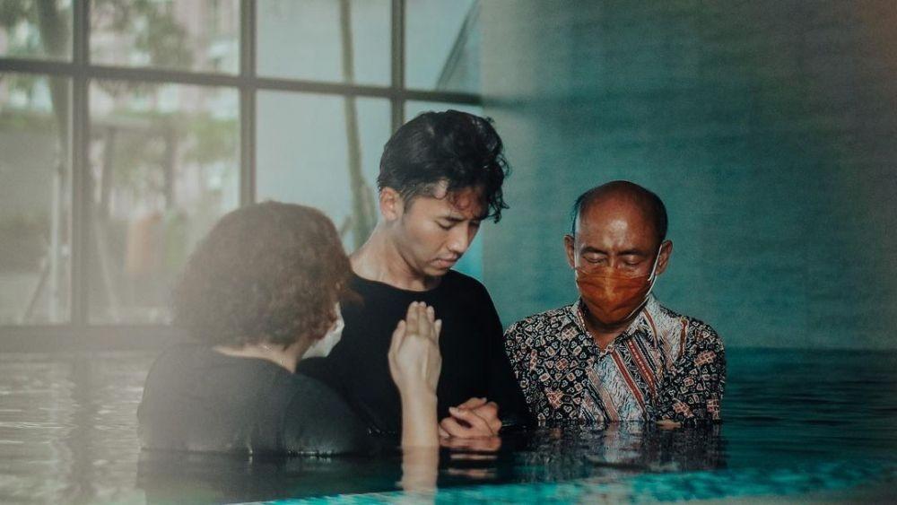 Jadi Momen Bahagia, 10 Potret Rafael Tan saat Dibaptis