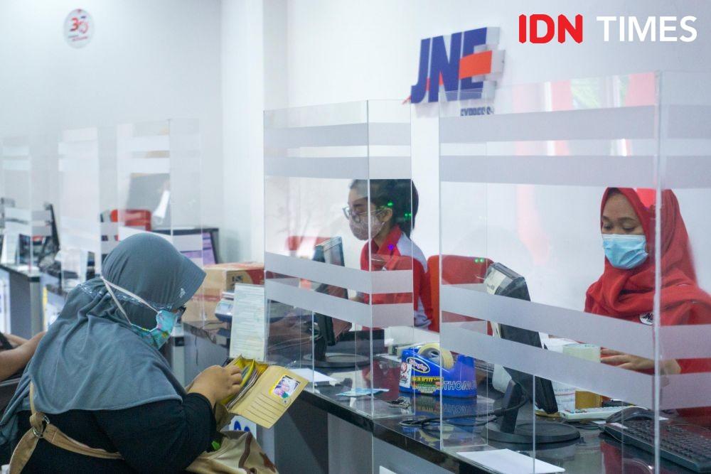 10 Potret Keseruan Berbagi Bersama Kebahagiaan Natal di JNE Semarang