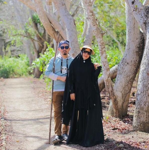Sedang Disorot, 10 Momen Romantis April Jasmine dan Ustaz Solmed